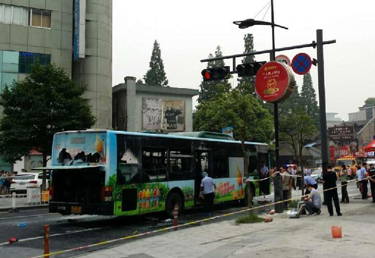 สภาพรถโดยสารได้รับความเสียหาย หลังมีคนร้ายวางเพลิงเผารถ