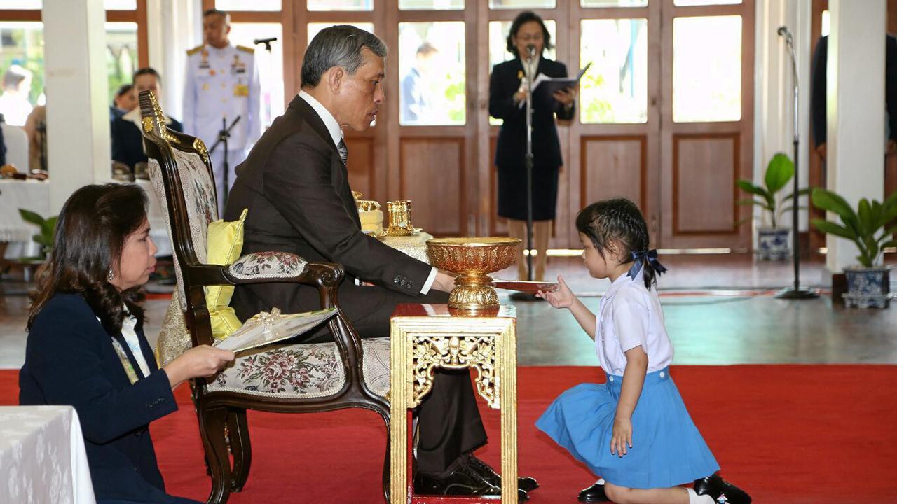 สมเด็จพระบรมโอรสาธิราชฯ สยามมกุฎราชกุมาร เสด็จพระราชดำเนินแทนพระองค์ไป พระราชทานเกียรติบัตรและรางวัล พร้อมทอดพระเนตรการแสดงของนักเรียน ระดับอนุบาลและประถมศึกษา ในงานปิดภาคการศึกษา ประจำปีการศึกษา 2557 โรงเรียนจิตรลดา ณ ศาลาผกาภิรมย์ โรงเรียนจิตรลดา เมื่อวันที่ 4 มีนาคม.