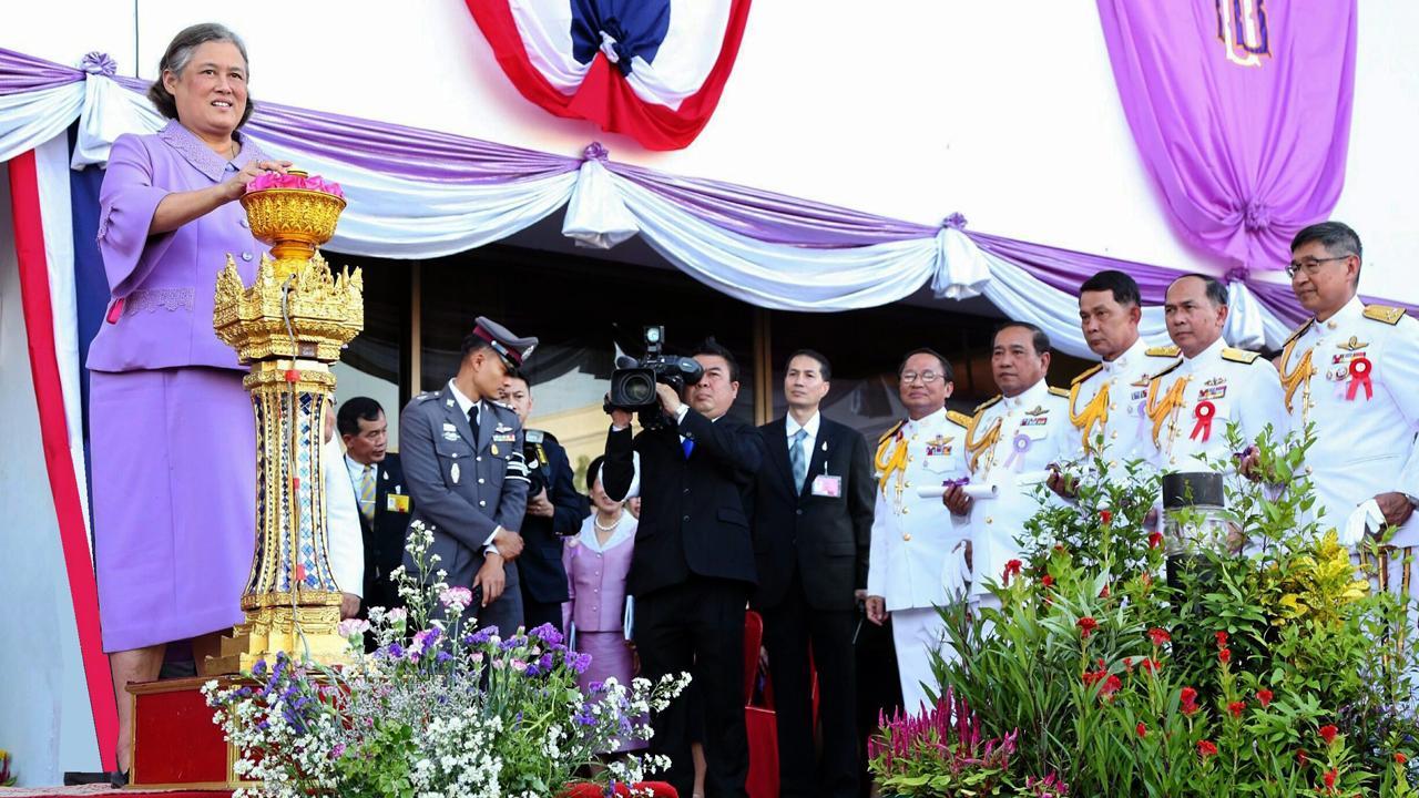 """สมเด็จพระเทพรัตนราชสุดาฯ สยามบรมราชกุมารี เสด็จพระราชดำเนินไปทรง เปิดงานกาชาดประจำปี 2558 ภายใต้แนวคิด """"ถวายพระพร องค์อุปนายิกา 60 พรรษา ปวงประชาสุขใจ"""" ณ บริเวณสวนอัมพร เมื่อวันที่ 30 มีนาคม."""