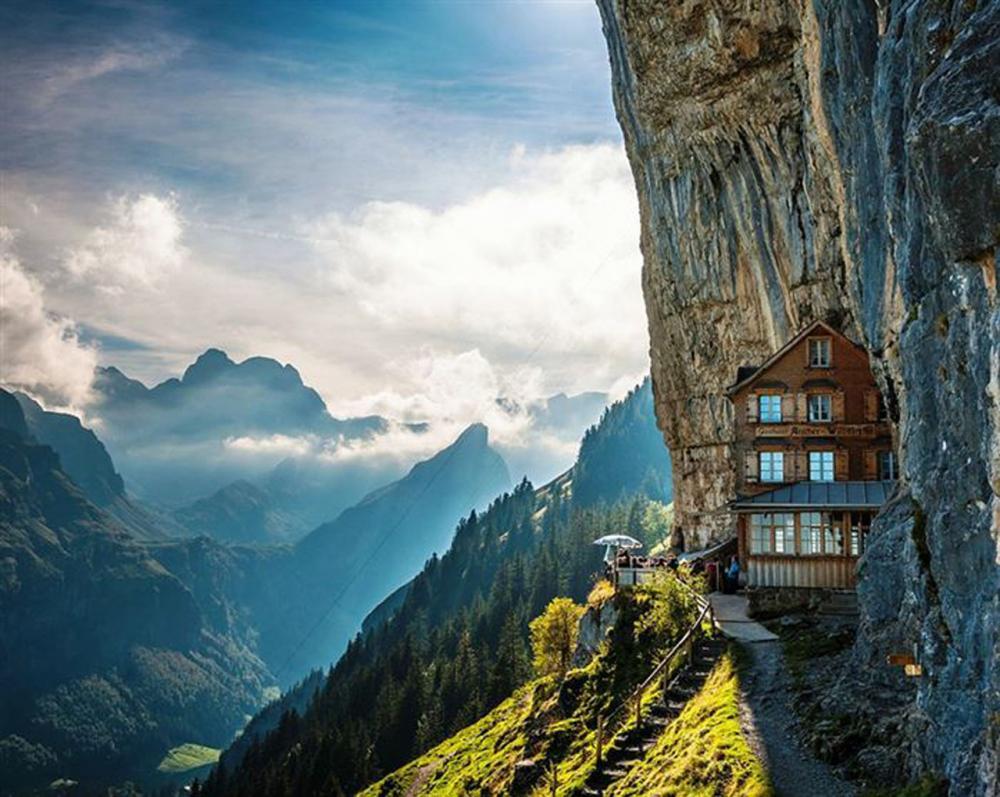 โรงแรมนี้เห็นวิวหน้าผาสูงชัน