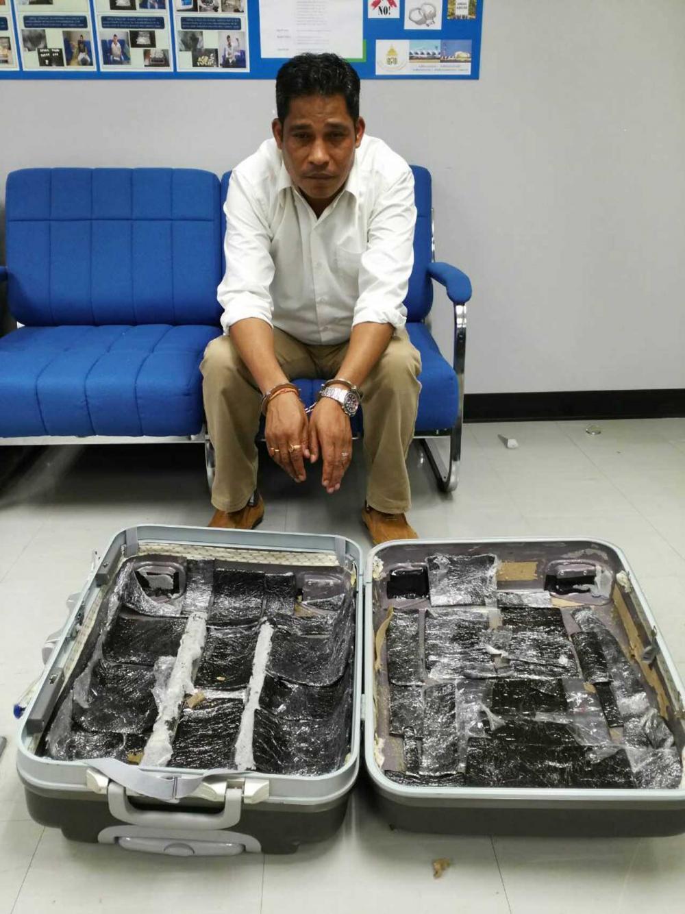 โฉมหน้าหนุ่มชาวเนปาล ลักลอบขนยางกัญชามูลค่า3แสนบาท มาในช่องลับกระเป๋าเดินทางมาขายในไทย