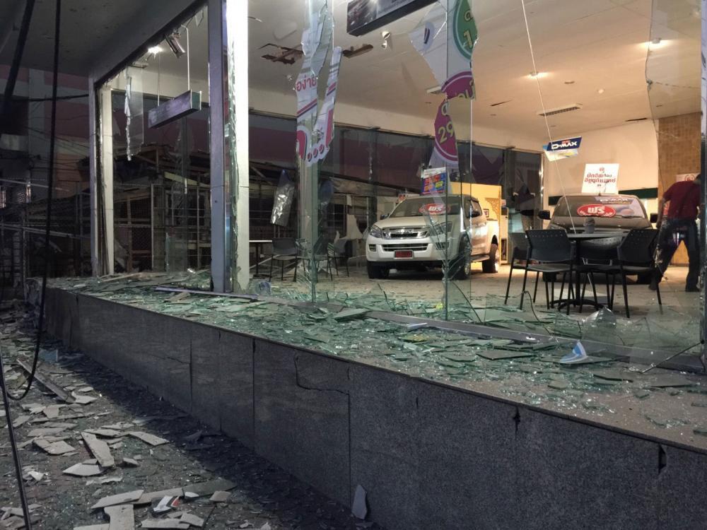 หน้าโชว์รูมรถ เมืองปัตตานี หนึ่งใน 4 จุด ที่ถูกคนร้ายลอบวางระเบิด