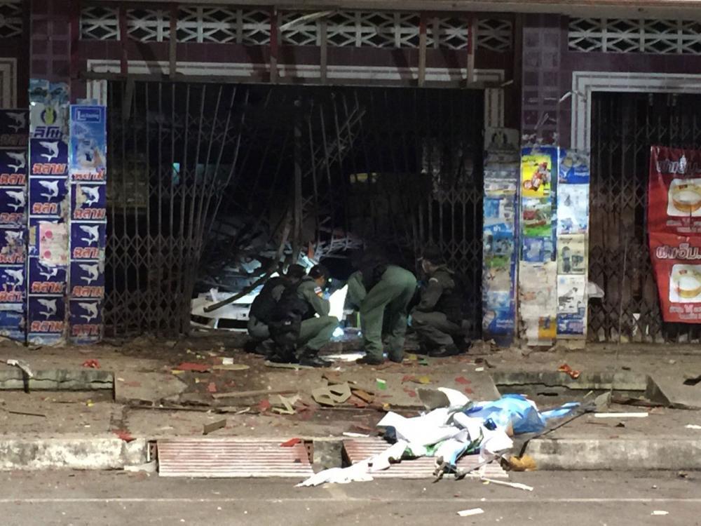 แรงระเบิดทำให้ประตูร้าน และรถเก๋งจอดในร้าน รวมข้าวของได้รับความเสียหาย