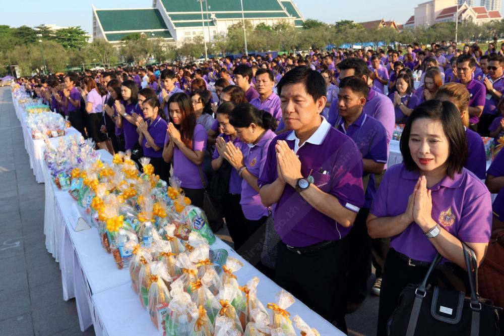 ข้าราชการ ประชาชน สวมเสื้อสีม่วง เข้าร่วมในพิธี