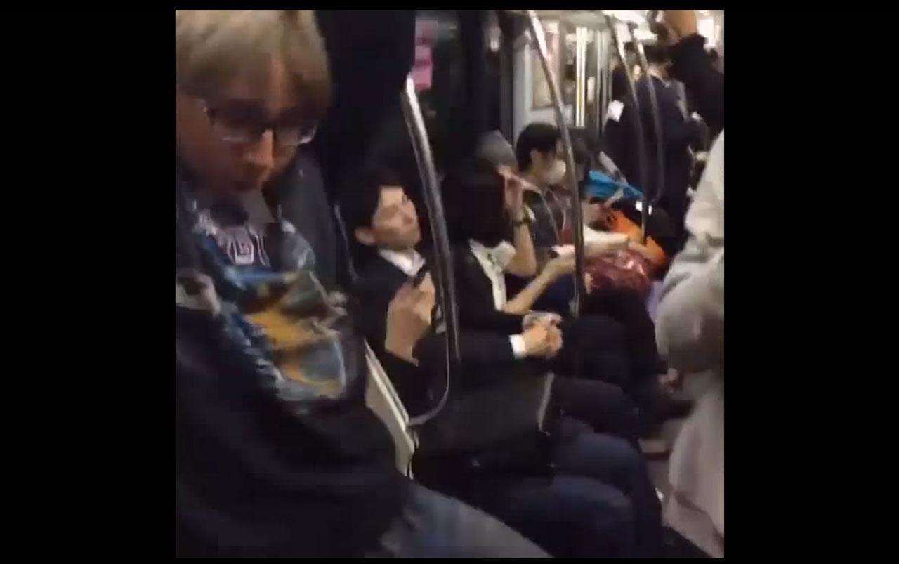 ห้อยโหนกันในรถไฟฟ้าที่ประเทศญี่ปุ่น