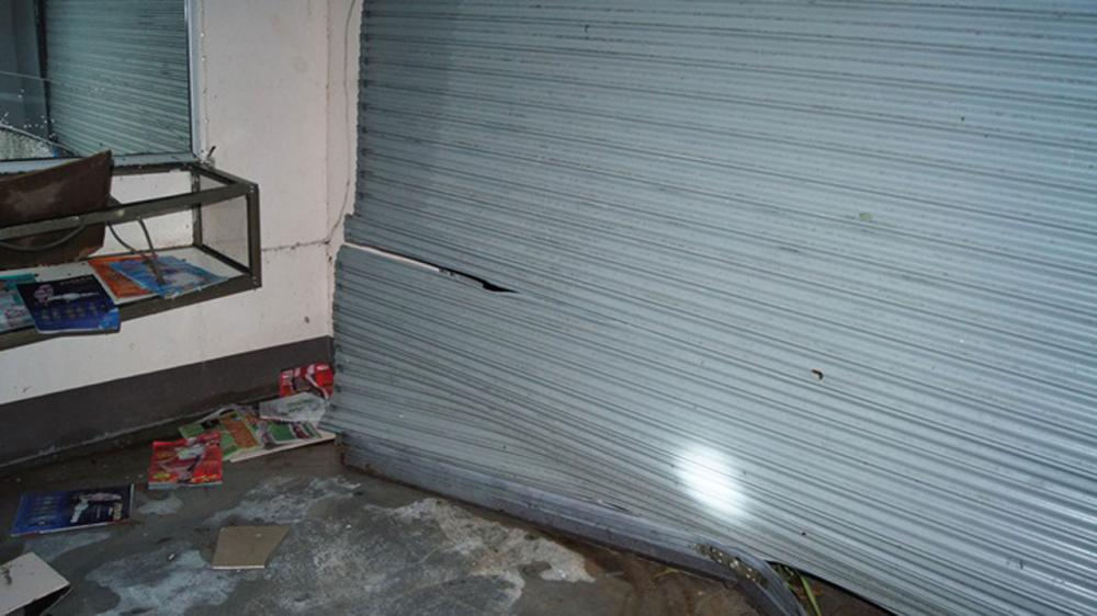 พายุฤดูร้อนพัดถล่มจนประตูม้วนพังเสียหาย