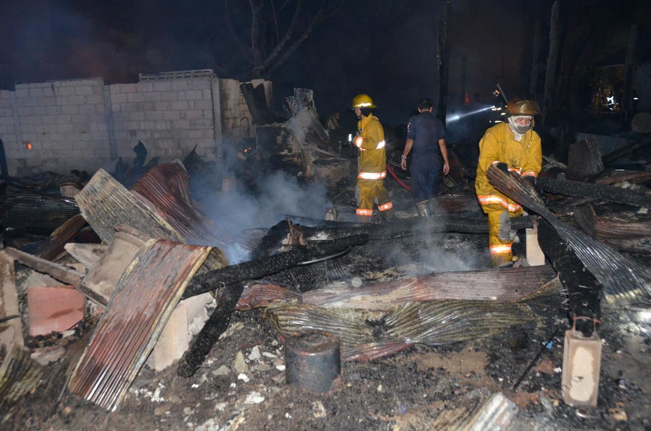 เจ้าหน้าที่เร่งฉีดน้ำสกัดเพลิง โดยใช้เวลาประมาณ 1 ชม. จึงควบคุมเพลิงไว้ได้