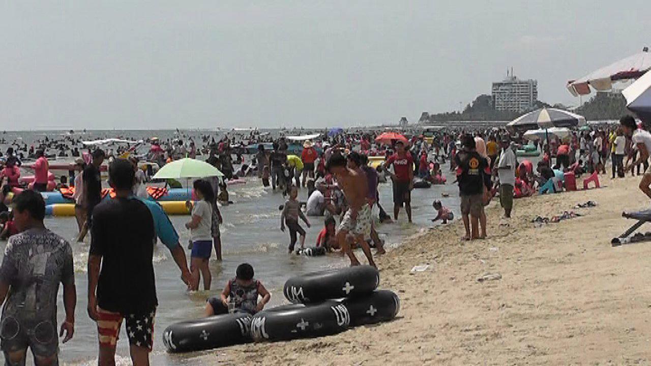 ชายหาดบางแสนแน่นขนัดไปด้วยนักท่องเที่ยวที่มาเล่นน้ำ