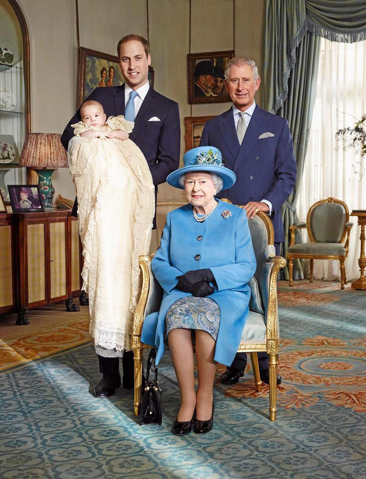 สมเด็จพระบรมราชินีเอลิซาเบธที่สอง ถ่ายภาพกับเจ้าฟ้าชายชาร์ลส์ มกุฎราชกมารอังกฤษ