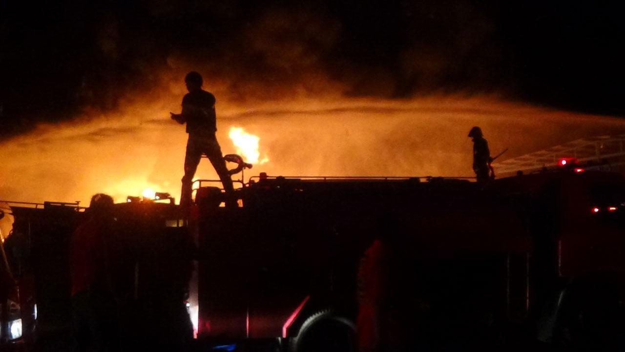 จนท.กู้ภัยเร่งดับเพลิงในโรงงานโรงงานรีไซเคิลพลาสติก  จ.อ่างทอง
