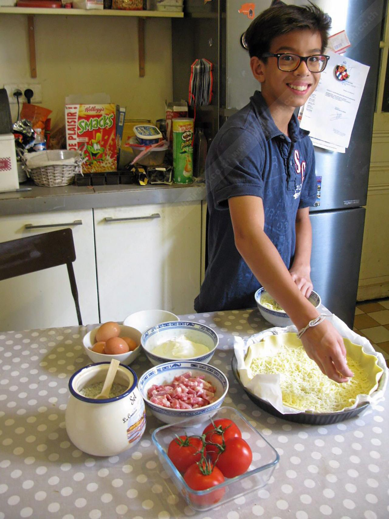 หนุ่มน้อยลูกครึ่งไทย-ฝรั่งเศส ชอบเรียนรู้การทำอาหาร