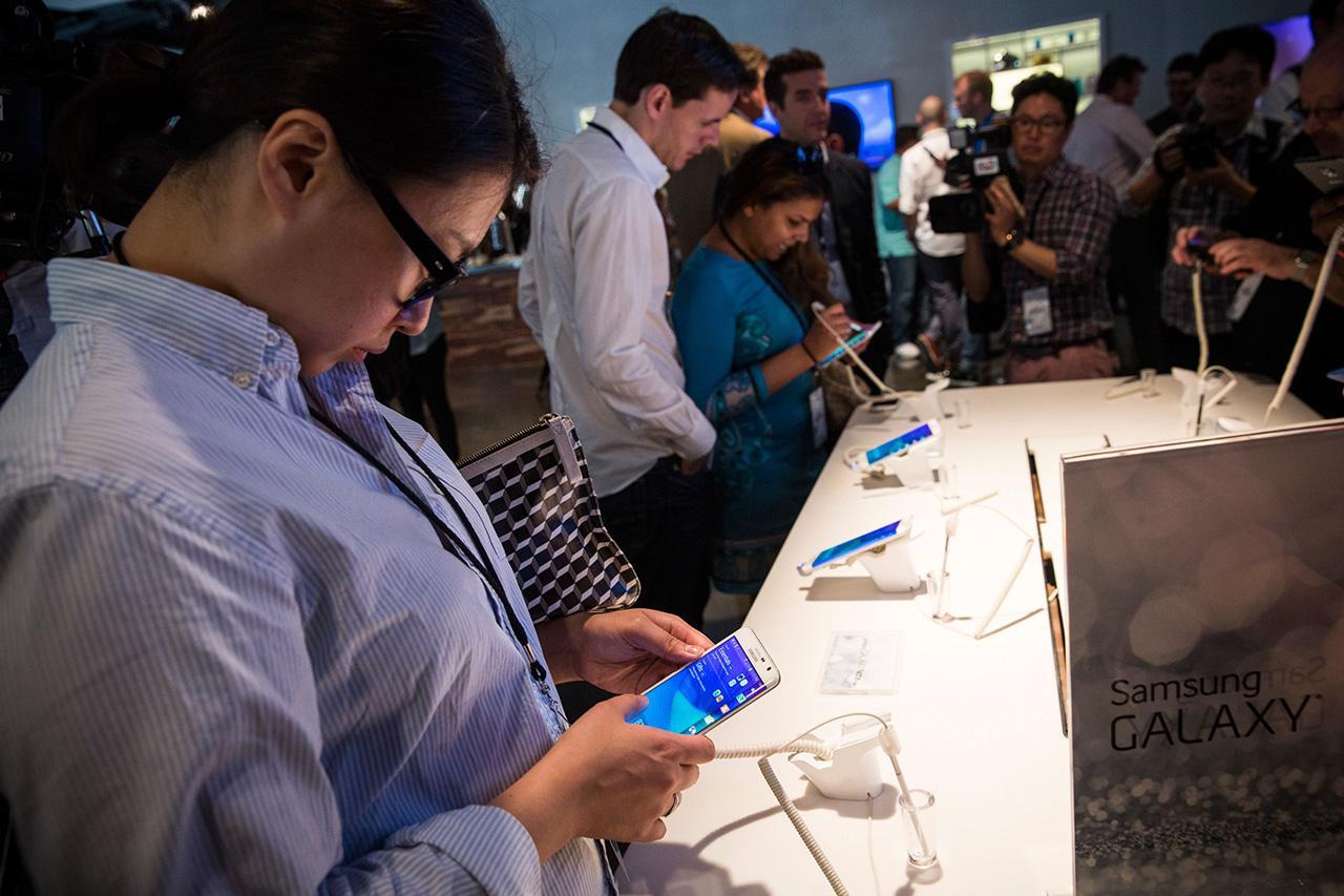 ผู้ร่วมงาน Samsung Unpacked ทดลองใช้ Galaxy Note Edge