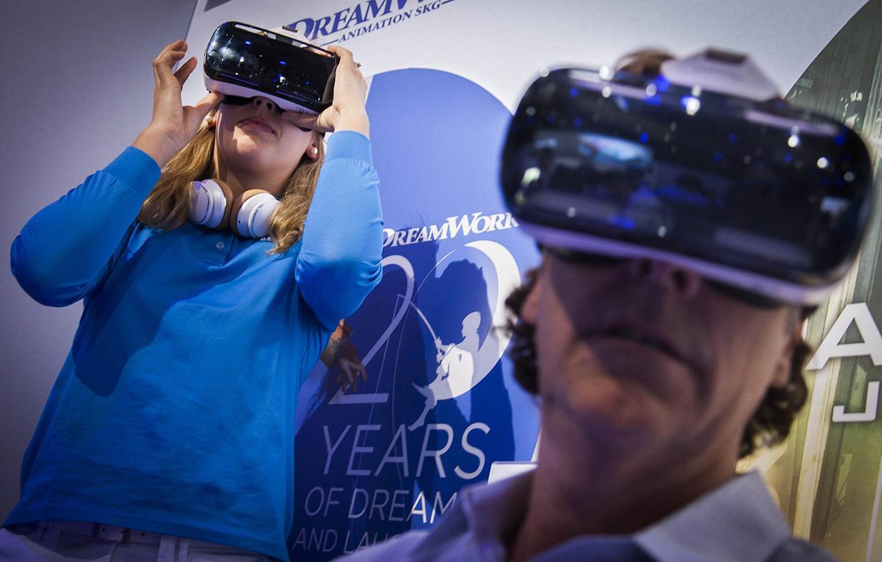 ผู้ร่วมงานทดลองใช้ Galaxy Gear VR