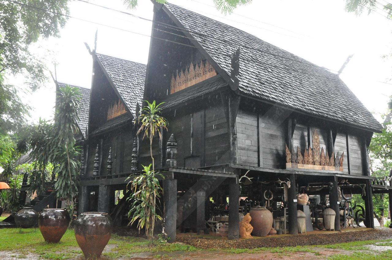 หนึ่งในอาคารของพิพิธภัณฑ์'บ้านดำ'