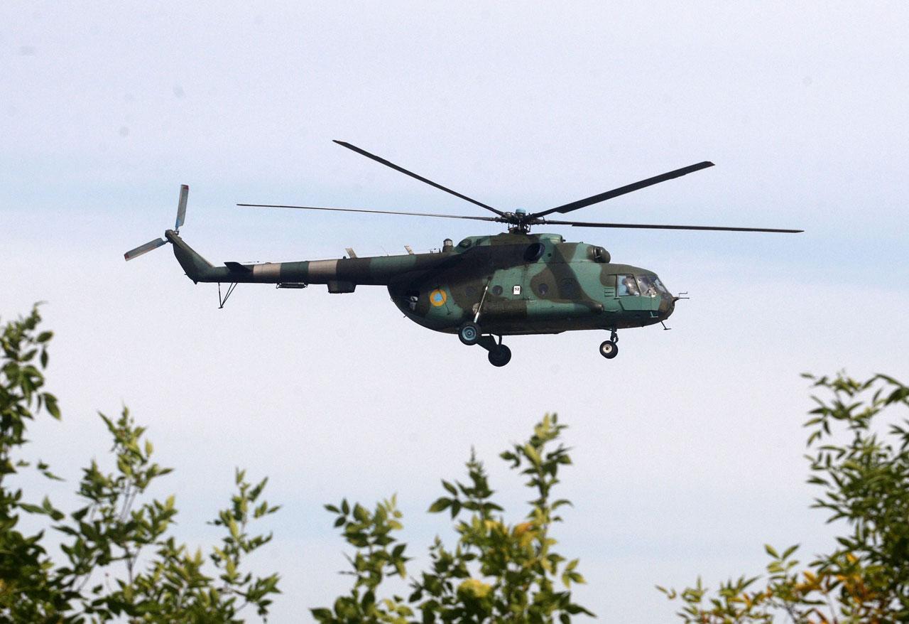 เฮลิคอปเตอร์กองทัพยูเครนบินตรวจตราเหนือค่ายทหารที่เมืองคาร์มาทอร์ส