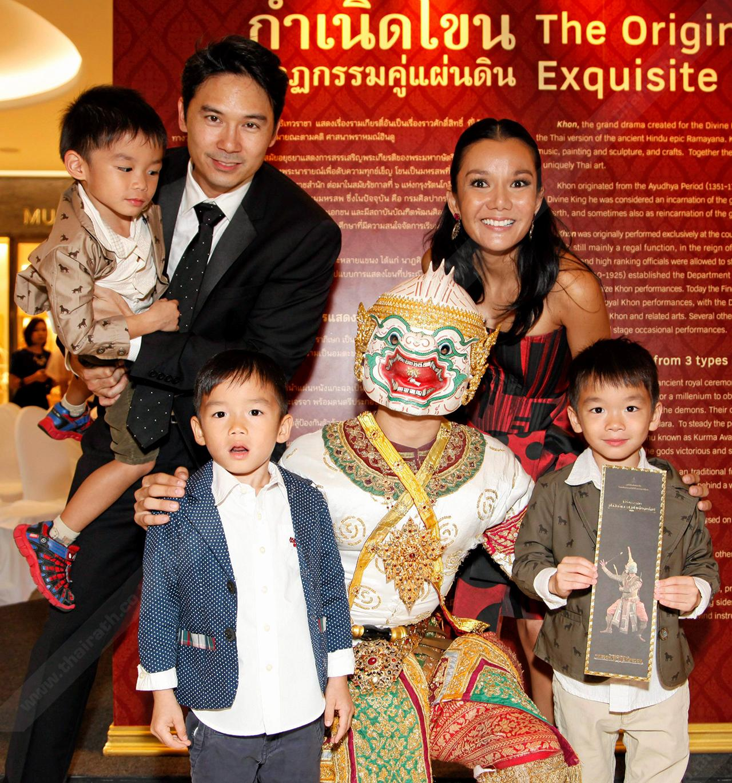 """ครอบครัว """"รุ่นประพันธ์""""จูงลูกๆมา ซึมซับศิลปวัฒนธรรมไทยตั้งแต่เด็กๆ."""