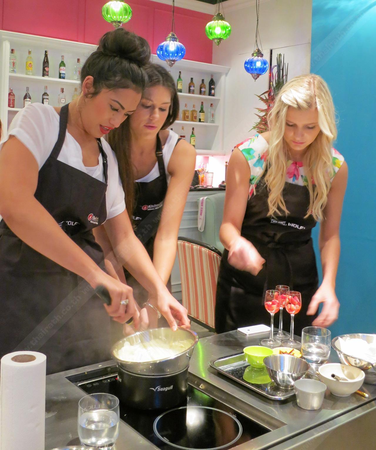บรรดาผู้เข้าประกวดทดลองทำอาหาร