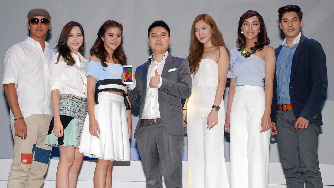 """เจ๋ง เหยา ยี หมิง เปิดตัว """"วีโว่"""" สมาร์ทโฟนพรีเมี่ยมระดับโลกครั้งแรกในไทย พร้อมแนะนำรุ่น vivo Xshot ยอดนิยมด้วยเทคโนโลยีของกล้องล้ำสมัย โดยมี พรพจน์ กาญจนหัตถกิจ, ณิชาบูล นาคาศัย และ เคน-ภูภูมิ พงศ์ภาณุ มาร่วมงานด้วย ที่โรงแรมเซ็นทาราแกรนด์ เซ็นทรัลเวิลด์ วันก่อน."""