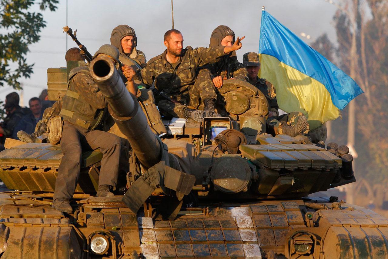 ทหารยูเครนนั่งรถถังกลับค่ายที่เมืองมาริอูโปล