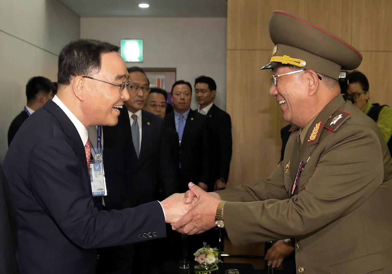 นายฮวาง เปียง โซ รองประธานคณะกรรมการกลาโหมเกาหลีเหนือ (ขวา) ขณะมาเยือนเกาหลีใต้