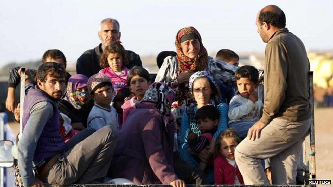 ชาวเมืองโคบานีกำลังอพยพหนีกลุ่มรัฐอิสลาม (ขอบคุณภาพจาก: bbc.com)