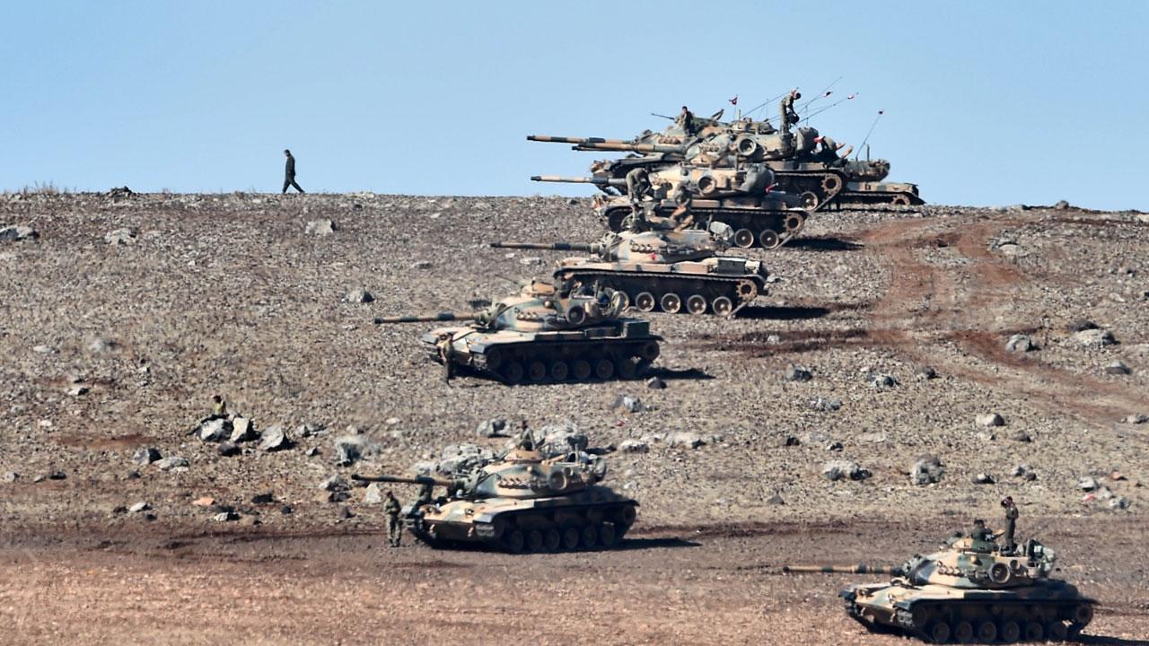 รถถังของกองทัพตุรกีประจำการเตรียมพร้อมตามแนวชายแดนติดซีเรีย