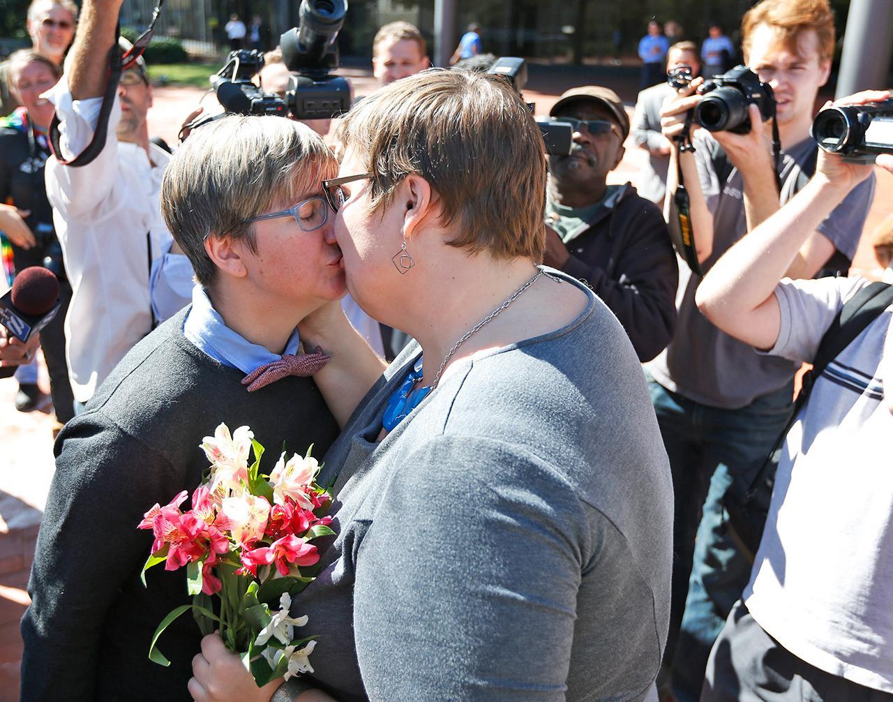 นิโคล พรายส์ และลินด์เซย์ โอลิเวอร์ จุมพิตระหว่างการฉลองที่ทั้งคู่เป็นคนรักร่วมเพศคู่แรกๆ ในรัฐเวอร์จิเนียที่แต่งงานกัน