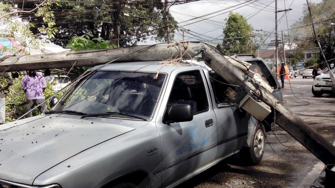 เสาไฟฟ้าล้มทับรถยนต์ ได้รับความเสียหาย