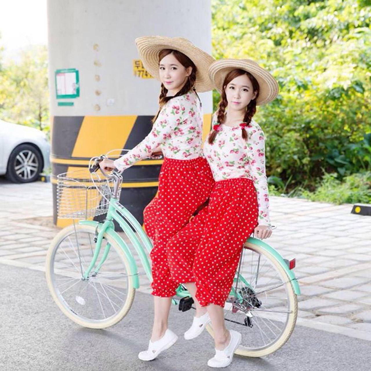 2 สาวฝาแฝด โชอา (ซ้าย) และ เวย์ (ขวา)