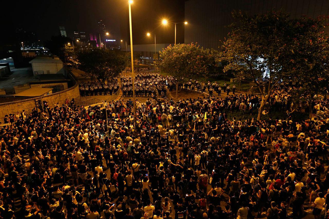 ผู้ประท้วงเรียกร้องประชาธิปไตย ชุมนุมที่หน้าที่ทำการผู้ว่าการฮ่องกง