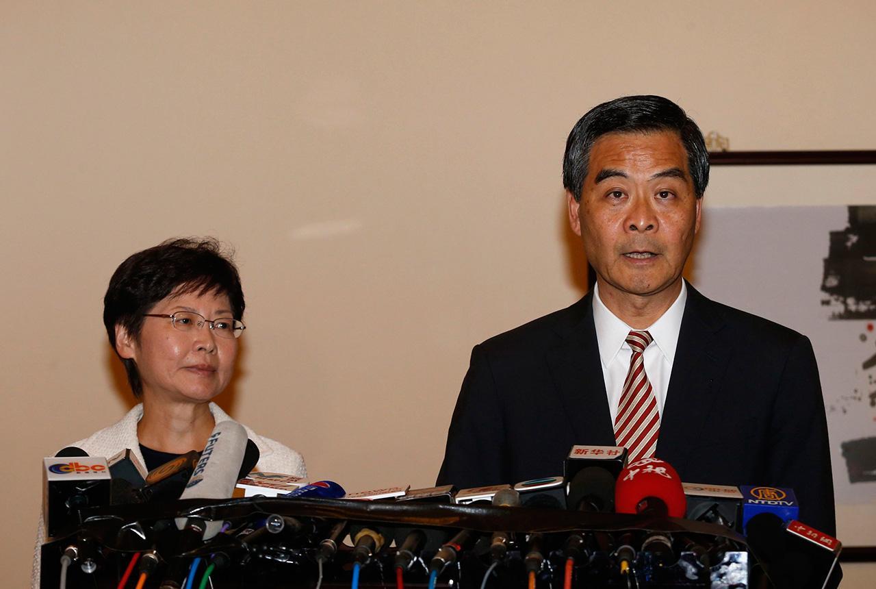 นางแคร์รี หลิน หัวหน้าคณะรัฐมนตรีฮ่องกง และ เหลียง ชุน อิง ผู้ว่าการฮ่องกง