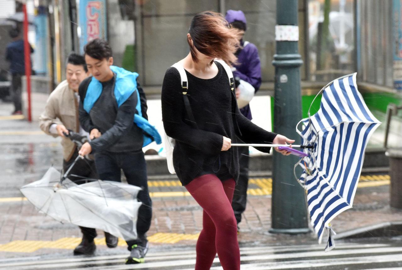 ประชาชนชาวญี่ปุ่นท่ามกลางพายุไต้ฝุ่น 'พันฝน'