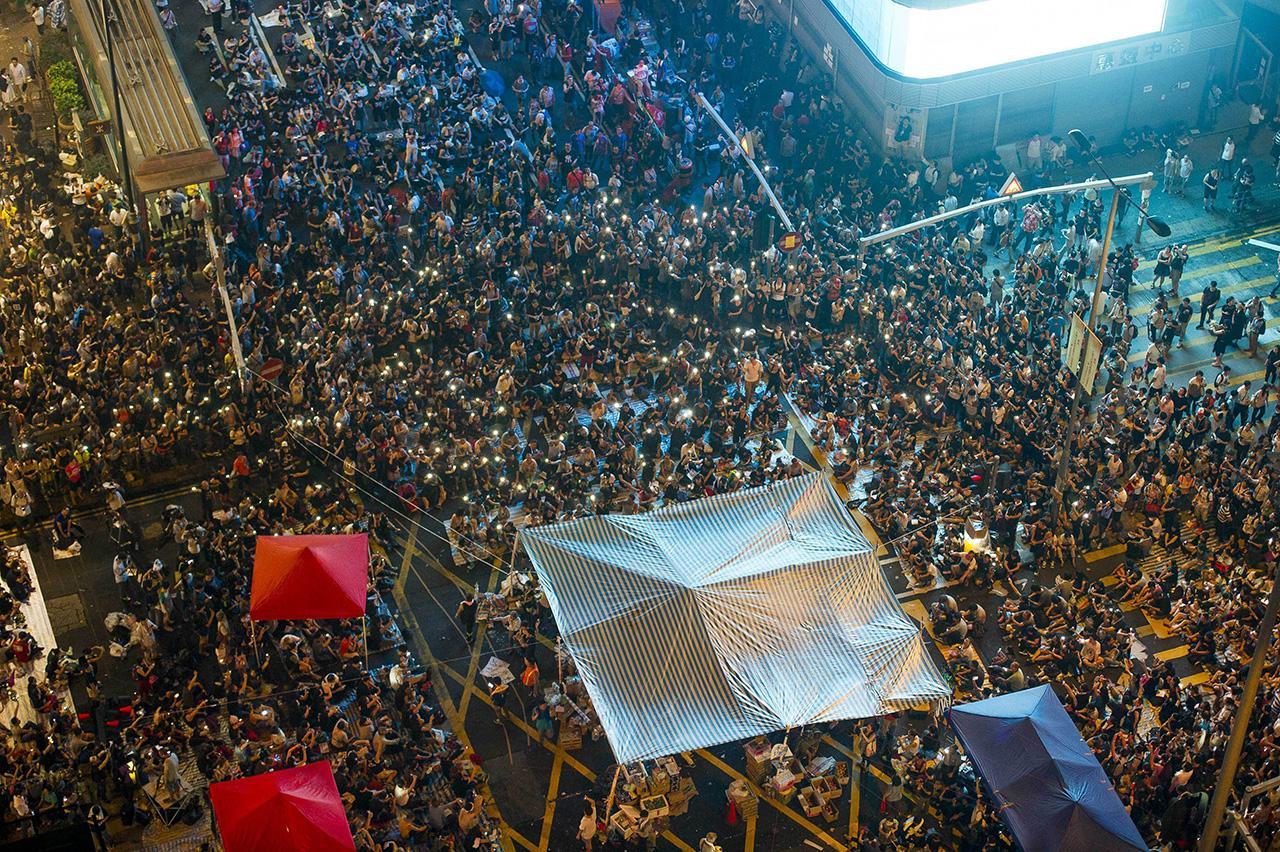 ผู้ชุมนุมจำนวนมากรวมตัวกันที่เขตหม่ง ก๊อก