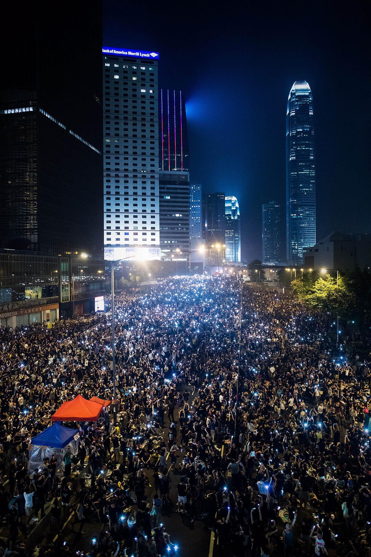 ผู้ชุมนุมเรียกร้องประชาธิปไตยปักหลักชุมนุมในเขตช็อปปิ้งของฮ่องกงติดต่อกันเป็นวันที่ 3