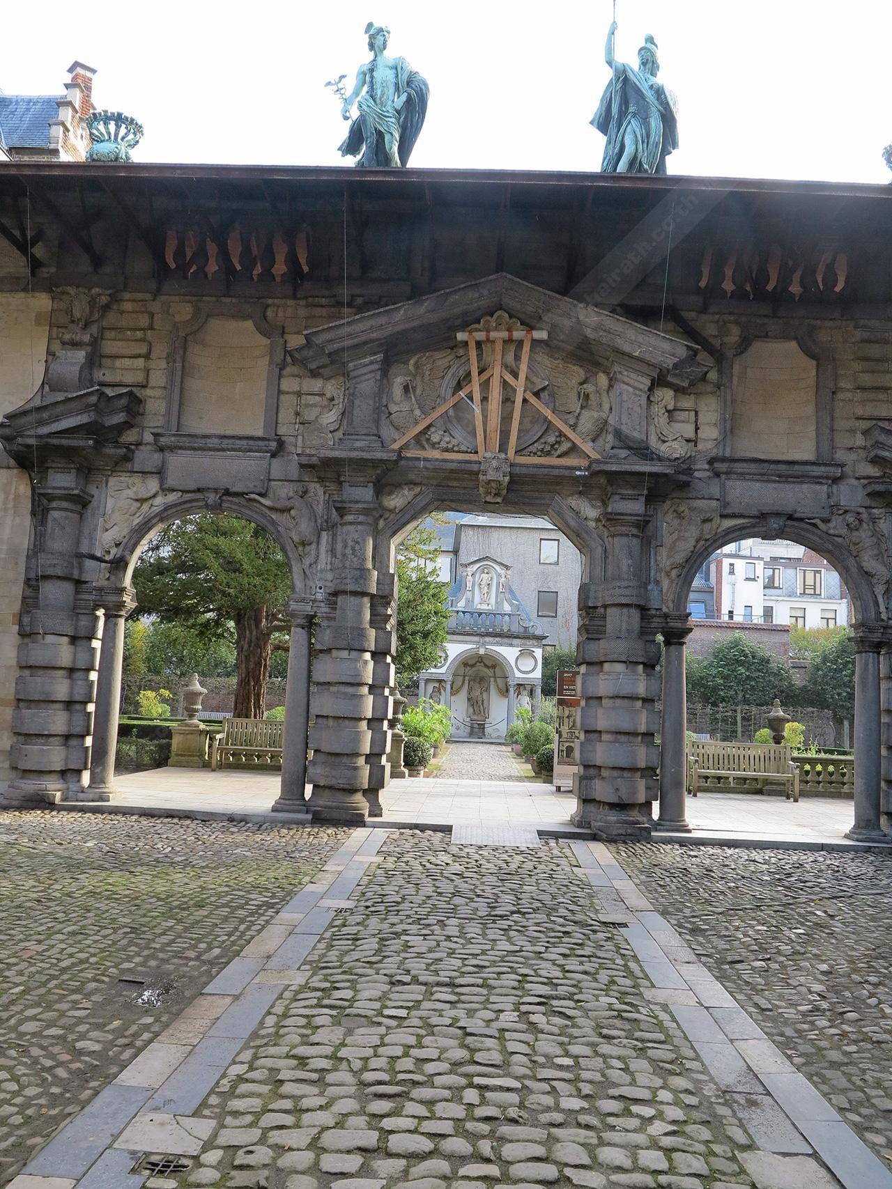 ประตูใหญ่และทางเดินไปยังสวนหลังบ้านของรูเบนส์.