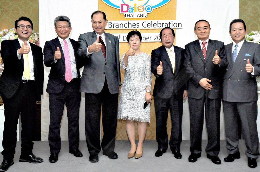 ไดโซ 100 แห่ง ยาโน ฮิโร ทาเกะ ประธาน ไดโซ ซังเกียว จัดงาน ฉลองครบ 100 สาขา ไดโซ สินค้าจากญี่ปุ่นราคาเริ่มต้น 60 บาท ในไทย โดยมี บุณยสิทธิ์ โชควัฒนา, มัตสุโมโต เอส.มัตส์ และ ซิชิโร ฟูกูดะ มาร่วมงานด้วย ที่โรงแรมแมนดาริน โอเรียนเต็ล วันก่อน.