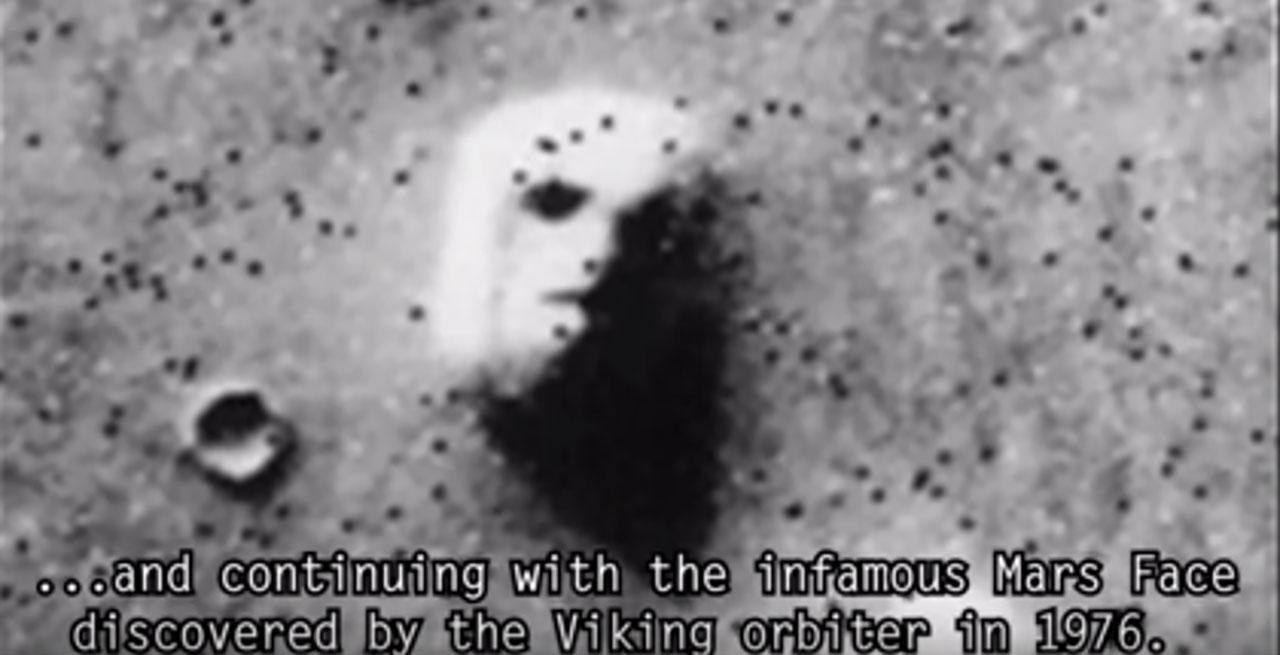 ภาพใบหน้าคล้ายมนุษย์ บนดาวอังคาร ที่โด่งดังมากที่สุดภาพหนึ่ง ถูกค้นพบโดยยานไวกิ้ง ออร์บิเตอร์ เมื่อปี 1976 (ภาพจาก Dark 5 อัพโหลดลงยูทูบ)