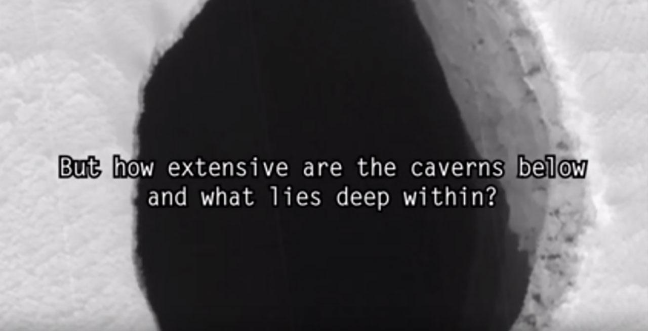 หนึ่งในหลุมกว้าง และดูลึกมาก ที่ปรากฏบนดาวอังคาร (ภาพจาก Dark 5 อัพโหลดลงยูทูบ)