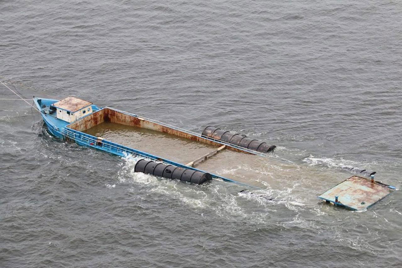 ลากเรือเข้าฝั่ง เพื่อดูดน้ำออก