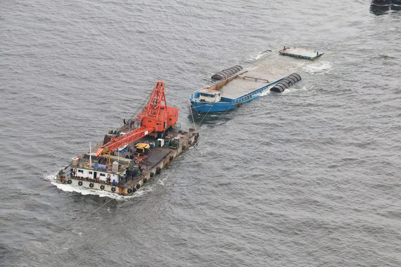 ภาพระหว่างการลากเรือที่ล่มเข้าสู่ชายฝั่ง