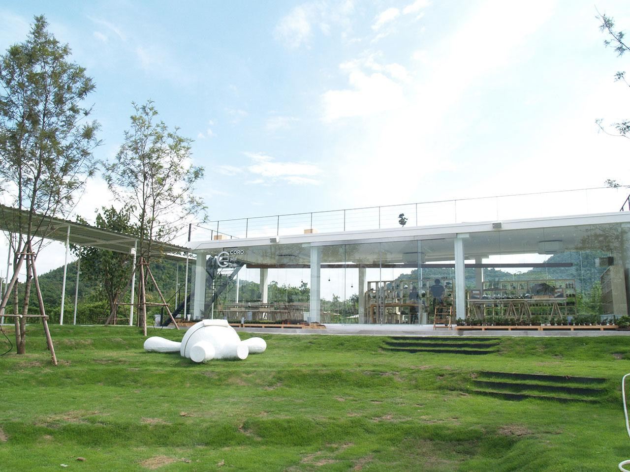ด้านหน้า Coro Me มีตัวมาสคอตน่ารัก ชื่อว่า โคโรโระคุง นอนเด่นอยู่กลางสนามหญ้า