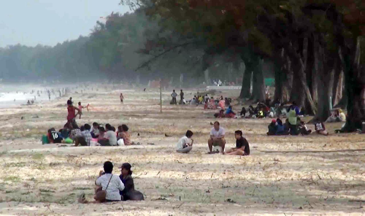 ประชาชนใช้บริการชายหาด  ต้องระวังเนื่องจากคลืนลมแรง