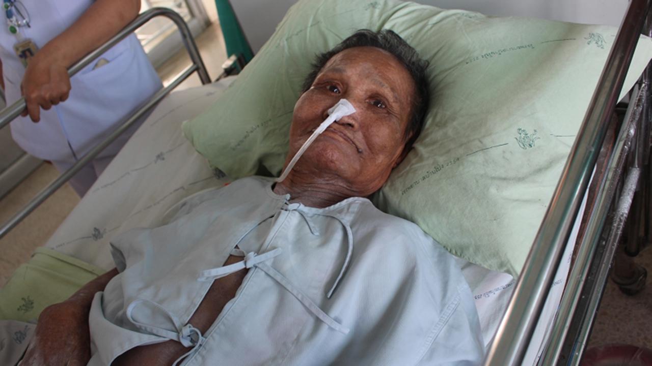 นางโหลน แอบจันทึก อายุ 73 ปี ป่วยอัมพฤกษ์ ไร้ญาติดูแล