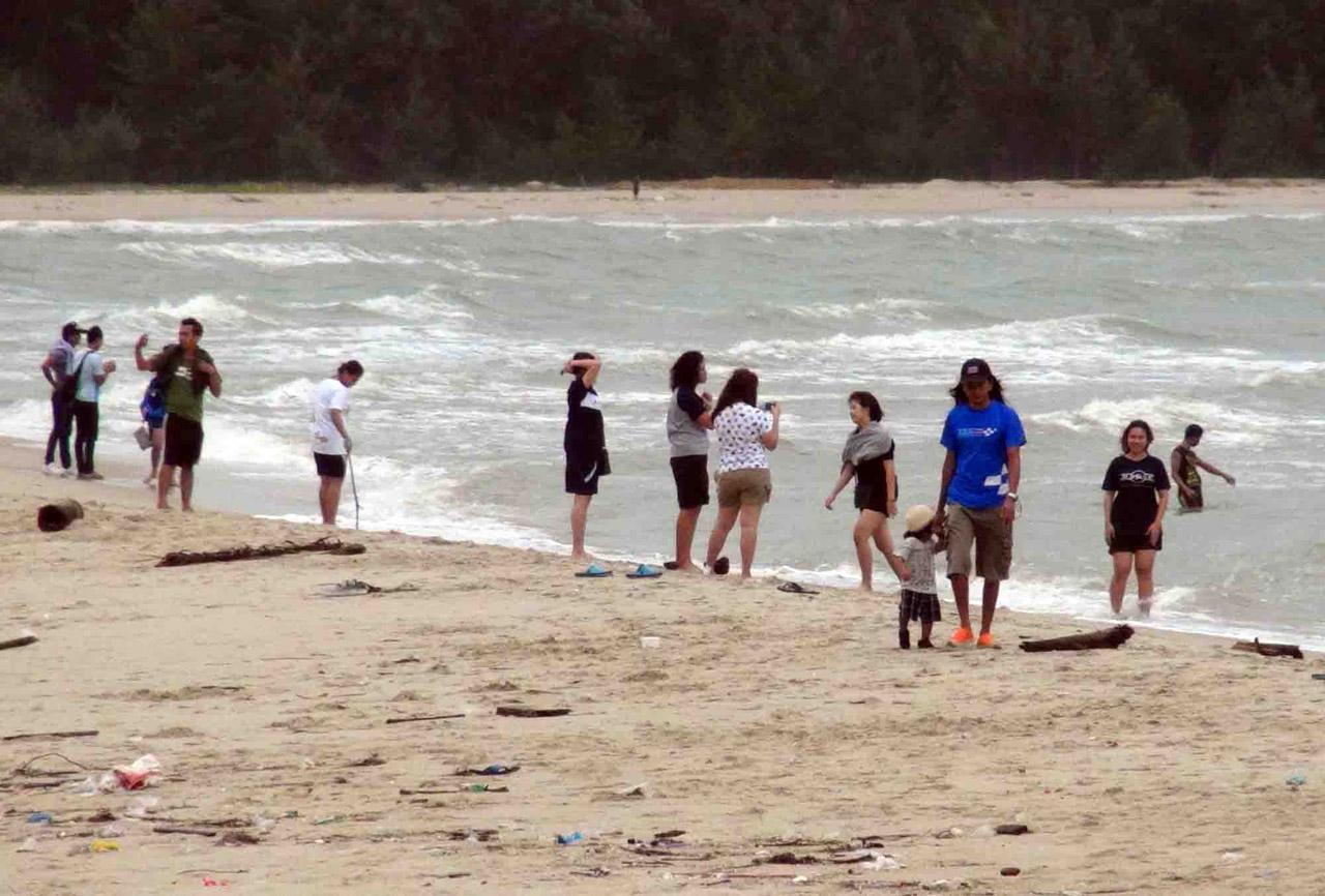 นักท่องเที่ยว มาเล่นน้ำที่ชายหาดบริเวณนางเงือกทอง แหลมสิมิหลา