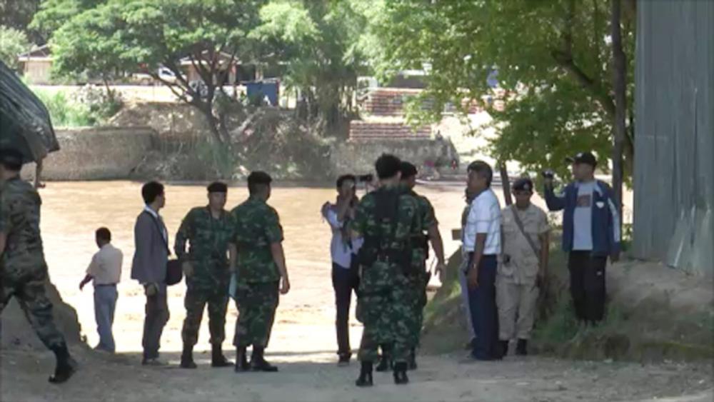 จนท.ทหารไทย ตรวจสอบความเรียบร้อยและรักษาความปลอดภัย หลังเมียนมาสั่งปิดชายแดน ทำสินค้าตกค้างเป็นจำนวนมาก