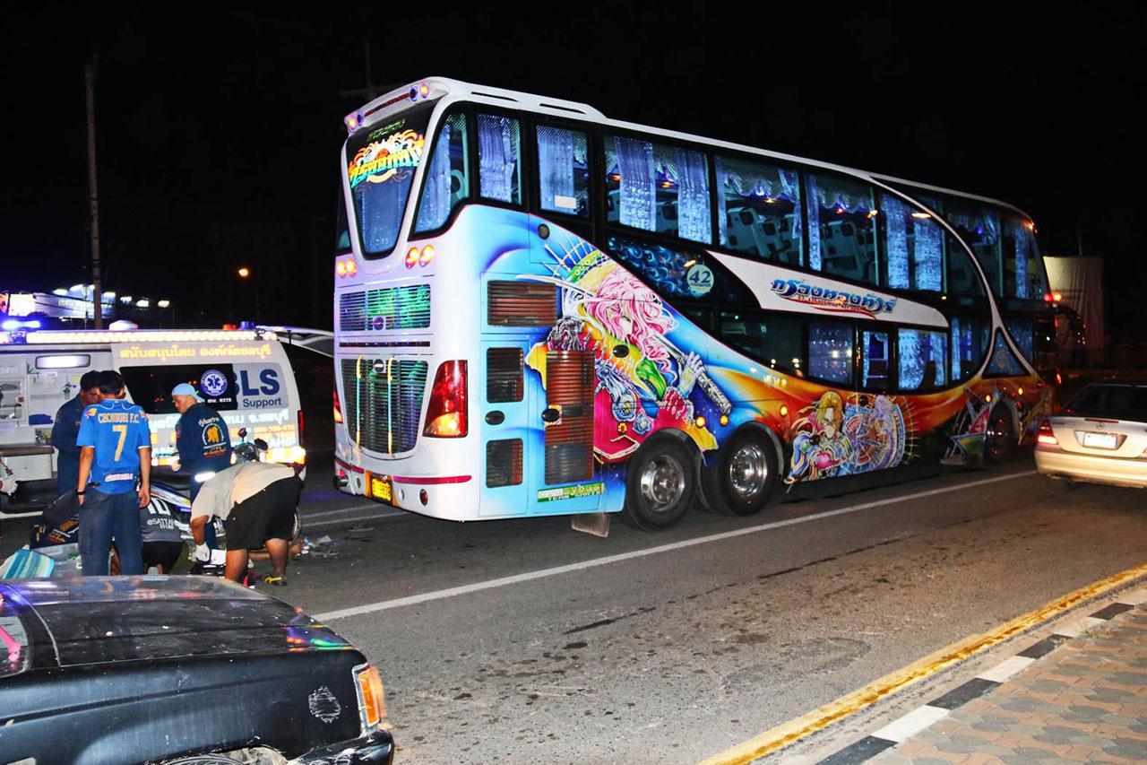 รถบัสโดยสารนำเที่ยวที่ จยย.พุ่งชนท้าย