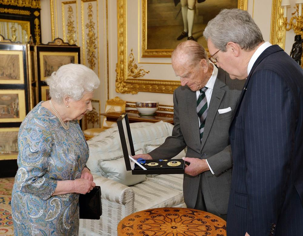 เจ้าชายฟิลิป ทรงได้รับเหรียญตราตั้ง ชั้นอัศวินจากรัฐบาลอดีตนายกรัฐมนตรีโทนี แอบบอตต์แห่งออสเตรเลีย เมื่อม.ค.58
