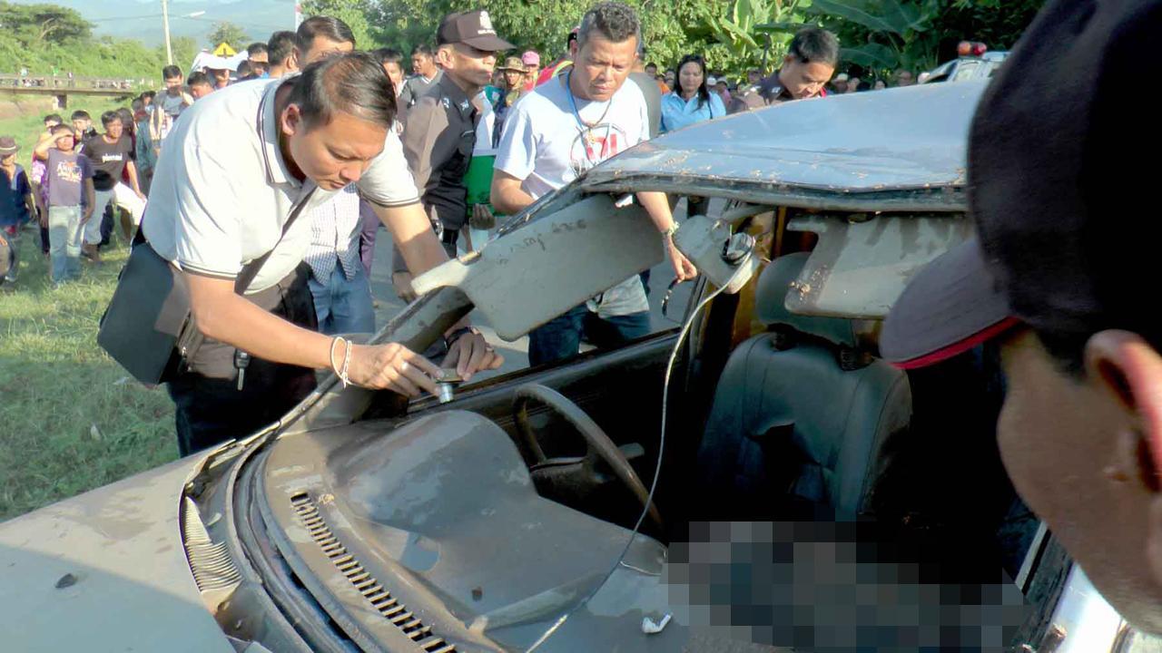 สภาพรถกระจกหน้าแตก หลังคายุบ และร่างคนขับยังคาในรถ
