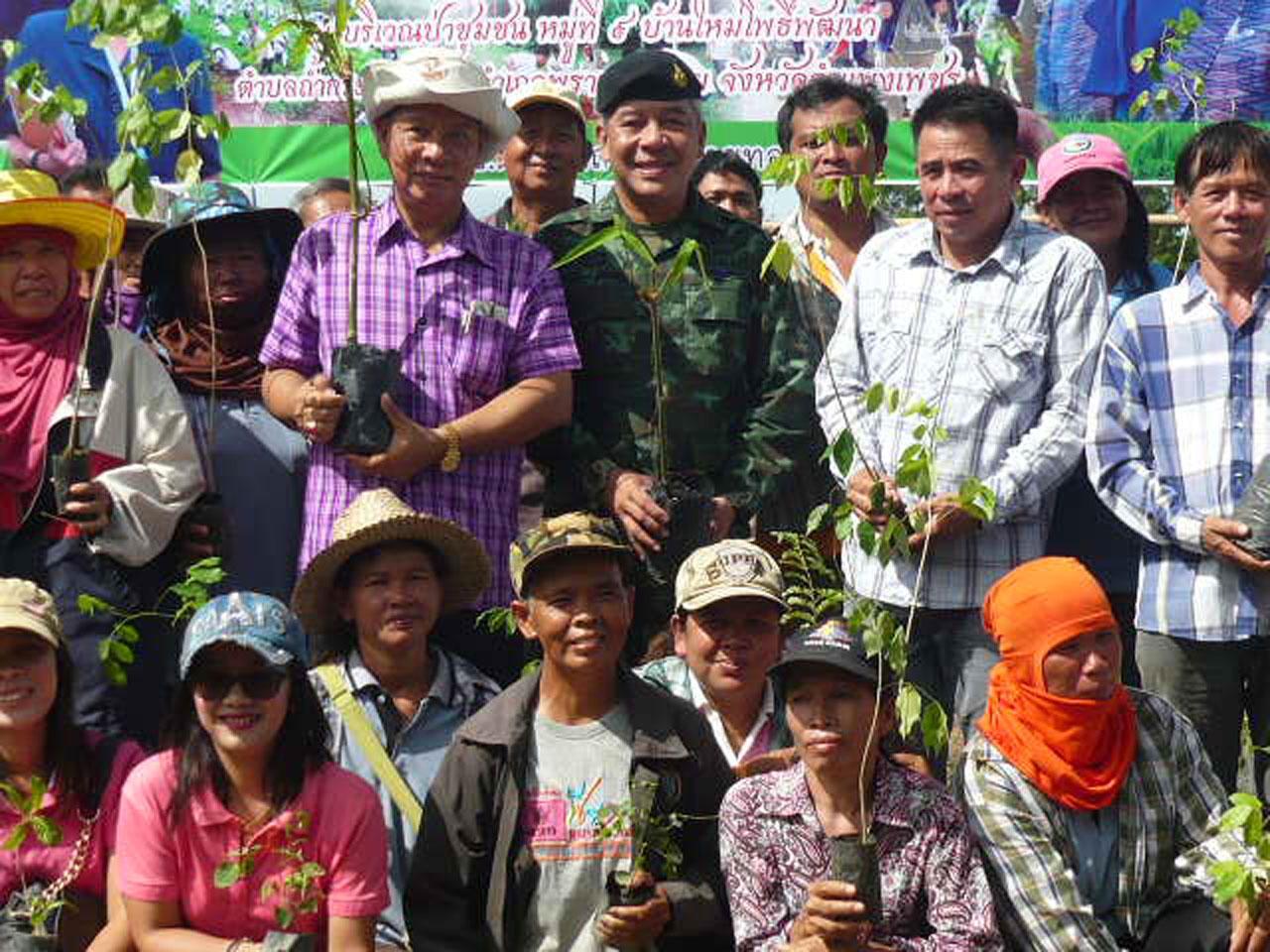 ภาพที่ระลึกร่วมกับชาวบ้านและจนท.ทหารในพื้นที่ปลูกป่า