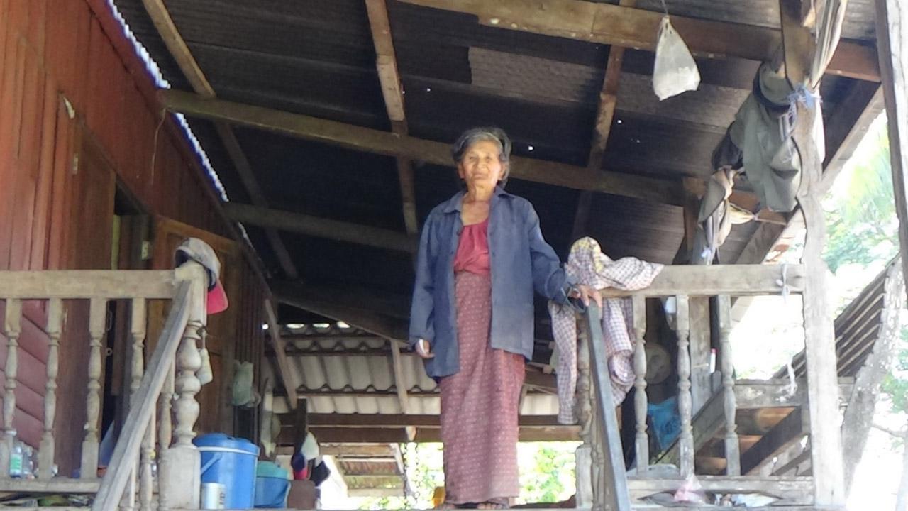 คุณยายวอนผู้เกี่ยวข้องช่วยเหลือ หวังมีไฟฟ้าใช้สักครั้งในชีวิต